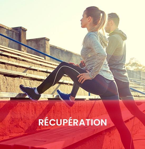 Un homme et une femme faisant des exercices d\'élongation sur des gradins.